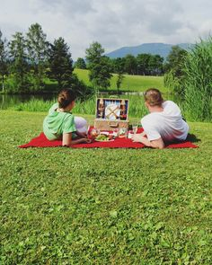 Ein Picknickkorb - prall gefüllt mit Köstlichkeiten; Zwei Menschen, die gerne gemeinsame Zeit in der Natur verbringen: Wir freuen uns, euch unser Picknick am See vorstellen zu dürfen!  #ritzenhof #picknick #seehotel #hotelamsee #sommerurlaub #romantik #ritzensee #saalfeldenleogang #saalfelden Picnic Blanket, Outdoor Blanket, Spa, Summer Vacations, Nature, People, Picnic Quilt