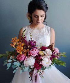 Bolo dos noivos, sapatos de noiva e um belo bouquet: um trio perfeito! Floral Bouquets, Wedding Bouquets, Floral Wreath, Floral Wedding, Wedding Flowers, Wedding Day, Wedding Dresses Photos, Floral Arrangements, Wedding Styles