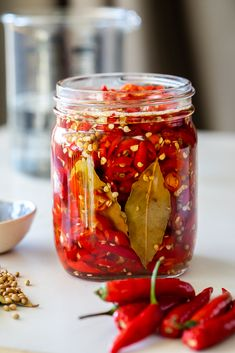 Easy quick pickled chillies - Simply Delicious - Easy pickled chillies is a great way to preserve fresh peppers. Hot Sauce Recipes, Chilli Recipes, Canning Recipes, Canning Tips, Chilli Pickle Recipe, Spicy Pickles, Chili, Sauces, Stuffed Hot Peppers