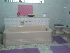 A enorme banheira de ágate do banheiro superior.