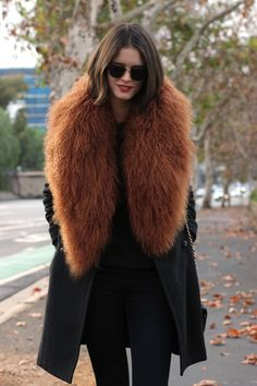 35 Pretty Winter Outfits To Try This Year Fur Fashion, Look Fashion, Womens Fashion, Street Fashion, Winter Looks, Look Street Style, Winter Stil, Look Chic, Mode Style