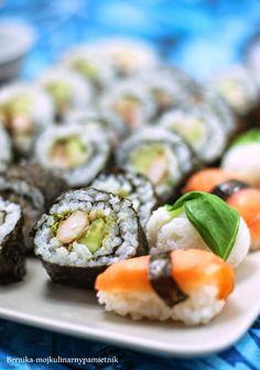 Sushi wg nastolatków czyli domowe warsztaty sushi      opakowanie ryżu do sushi (400 g)     ogórek zielony     kiełki     500 g łososia wędzonego     pierś kurczaka z grilla     paluszki krabowe     suszone algi morskie      pasta wasabi     imbir      japoński sos sojowy      liście bazylii  zaprawa do ryżu:      7-9 łyżek octu ryżowego      5 płaskich łyżek cukru     2 płaskie łyżeczki soli     albo wystarczy gotowy winegret do sushi