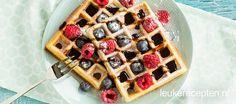 Heerlijk basisrecept voor wafels gegarneerd met poedersuiker, blauwe bessen en frambozen