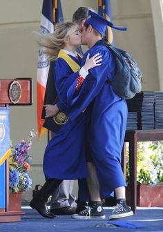Emma Stone - Emma Stone And Andrew Garfield Share A Kiss On The Set Of 'The Amazing Spider-Man 2'