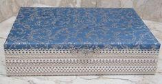 Caixa em MDF revestida com tecido 100% algodão, fita e puxador em metal prateado.    Em seu interior a peça é flocada (como se fosse camurça) na cor preta.    A peça pode ser confeccionada em outras cores.  Altura: 6.50 cm    Largura: 13.00 cm    Comprimento: 30.00 cm    Peso: 500 g