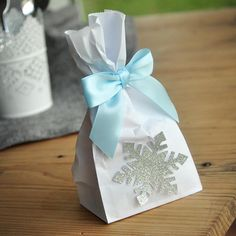 Frozen Party Favor Bags (Pack of Made in Business Days. Mini Party Favor Bags with Snowflake and Bows. Frozen Party Favors, Frozen Themed Birthday Party, Party Favor Bags, Birthday Party Favors, Frozen Candy Bags, Frozen Party Snacks, Frozen Favor Bags, Birthday Parties, Goody Bags