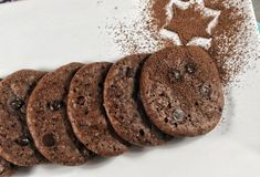 Find a simple and delicious way to taste something sweet and full of flavor, without the bad effects of sugar. These Keto chocolate cookies are easy to make and seem incredibly real. Low Carb Chocolate, Chocolate Cookies, Primal Recipes, Real Food Recipes, Paleo Cookies, Chip Cookies, Low Carb Sweets, Biscuit Cookies, Healthy Desserts