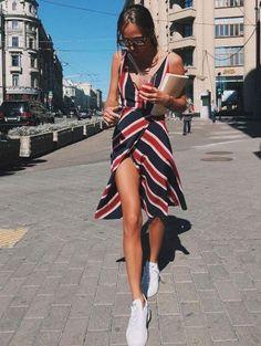 Ein feminines Streifenkleid, das Figur zaubert gepaart mit den bequemen Lieblingssneakern. Stylisch und Komfortabel - Win Win!