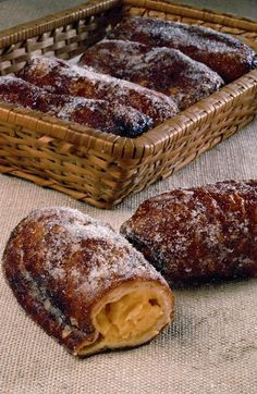Postres: Xuixo de Girona, cream and fried triditional catalan bakery Spanish Desserts, Spanish Tapas, No Bake Desserts, Delicious Desserts, Dessert Recipes, Muffins, Pecan Recipes, Sweet Recipes, Beignets