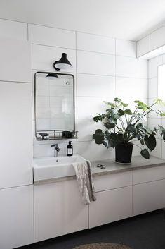 Kommer ni ihåg att jag skrev ett inlägg om att vi var tvungna att byta ut badrumsskåpen i badrummet pga vattenskada? Nu något halvår senare har vi äntligen ett badrum som fungerar med rinnande...