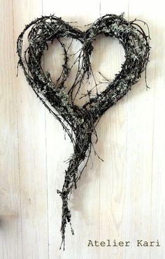 Atelier Kari naturdekorasjoner og kranser: Kavalkade med hjerter i kvister og lav.