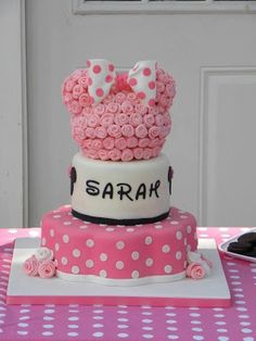 Bonita tarta de cumpleaños rosa con pajarita                                                                                                                                                      Más