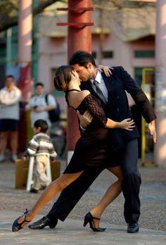 argentinatangoshoes:  Танцевать танго в Буэнос-Айресе улицы~ Аргентина Танго обувь ~