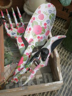 GOOD QUALITY GARDENING HAND TOOLS- STRAWBERRY FEILD DESIGN- SOMETHING SPECIAL...LADIES... LETS GO GARDENING £10.99