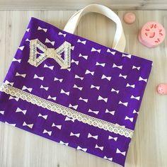 忙しいママの為に、お裁縫が苦手なママの為に、 ハンドメイドならではのぬくもりある、入園グッズや入学グッズをお届けします!女の子用のオーダーレッスンバッグになります。※サイズ変更(縦30cm、横38cm、マチ無、持ち手28cm)たくさん詰め込むレッスンバッグだからこそ、しっかり丈夫な2枚仕立てでお作りしました。おしゃれが大好きな女の子に、楽しく園生活や学校生活を送れるようリボンやレースを使いかわいらしく仕上げております。慣れない園生活や学校生活で、少しでも気持ちをあげてくれる物となって頂けると幸いです。※レッスンバッグや上靴入れの他に、コップ入れや体操服入れ、お昼寝お布団バッグなどオーダーを承ります。在庫0でもオーダーを承りますので、ご連絡下さい♪※オーダーや再販の際、レースは別のものになる事がございます。●カラー:紫●サイズ:縦約33.5cm、横約29cm、マチ無、持ち手長さ約27cm(通常サイズ)●素材:綿●注意事項:インターネットの環境により、多少色味が違って見えることがあります。撮影小物は商品ではございません。●作家名:tomoha入園・入学グッズ/手作りオーダー...