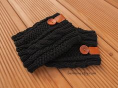 Brassard Boot noir avec bouton en cuir et en bois accent, Cable Knit Boot Topper Boot chaussettes, hiver mode Noël cadeau idée laine jambe warme par barmine sur Etsy https://www.etsy.com/fr/listing/165279799/brassard-boot-noir-avec-bouton-en-cuir