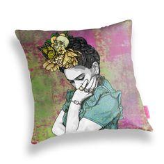 Esta almohada:   24 Bellos productos inspirados en Frida Kahlo que querrás comprar ahora mismo