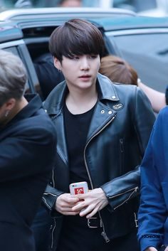 Can we just talk about how good Suga looks with black hair