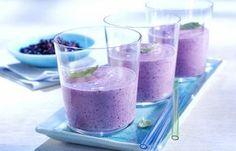 Blaubeer-Bananen-Smoothie - 10 köstlich-cremige Smoothie-Rezepte - Zutaten für 4 Gläser: - 2 reife Bananen - 300 g wilde Blaubeeren aus Kanada (tiefgefroren) - 500 g Joghurt, 3,5 % Fett - 1 Päckchen Vanillezucker - 2 TL Honig -...