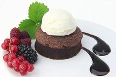 Brownies: receta clásica, trucos y variedades | EROSKI CONSUMER. Con el chocolate como protagonista, el brownie es un bizcocho delicioso que admite diversos ingredientes y marida muy bien con otros elementos, como helados, mermeladas y cremas