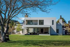 The west-facing facade of this house by Richard E Shackleton Architects features a deep overhang to mitigate solar gain during the hot Otago summers. Roof Overhang, Thermal Mass, New Zealand Houses, Residential Architecture, Open Plan, Cladding, Facade, Gain, Traditional