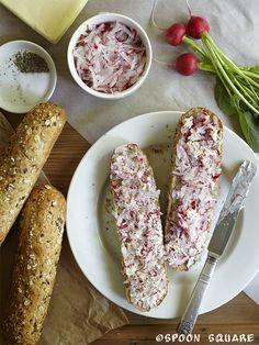 Kanapki z masłem rzodkiewkowym, toasted baquettes with grated radish