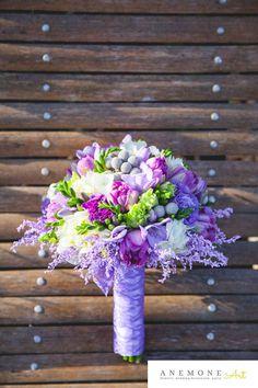 Poza, foto cu Flori de nunta brunia, buchet mireasa, frezii, lalele, mov, rotund…