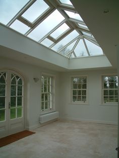 As new homes keep getting larger and larger, so too has the trend toward designing new garages to accommodate more (and bigger) vehicles as well as a host of storage needs. Garage design has started receiving more attention than it used to. Orangerie Extension, Conservatory Extension, Conservatory Ideas, Garden Room Extensions, House Extensions, Garage Design, Loft Design, Glass Roof Extension, Roof Lantern