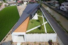 secret garden 일본 한적한 시골 마을에 지어진 전원주택입니다. 전원 속 주택은 대지의 양쪽으로 논과 도...