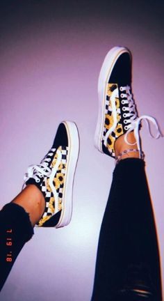 Women's stylish shoes are the bests, but so are the summer, and spring athleisure sneakers. Some fashionable casual and nice shoes can match with a cute fall or winter wear outfit, so check our… Vans Sneakers, Sneakers Mode, Sneakers For Girls, Adidas Shoes, Comment Porter Des Vans, Vans Shoes Fashion, Vans Shoes Outfit, Cool Vans Shoes, Cute Girl Shoes
