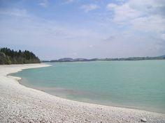 Der Forggensee im Ostallgäu ist ein vom Lech durchflossener Stausee unweit von Füssen. Der See ist der fünftgrößte See in Bayern und der größte Stausee Deutschlands. Anliegergemeinden sind Schwangau, Füssen, Halblech, Rieden am Forggensee und Roßhaupten. Im Sommer, während des Vollstaus (ca. Juni bis Oktober), bietet er Möglichkeiten für alle Wassersportarten. Genießen Sie eine Fahrt mit der Forggenseeschifffahrt über den See mit herrlichem Panorama zum Schloss Neuschwanstein.