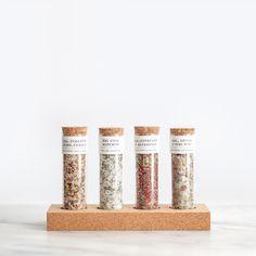 Conjunto 4 sal aromatizado / 4 Flavored salt tube  Base de cortiça com conjunto de 4 tubos de sal aromatizado.