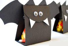 Ideas for making bat crafts for Halloween. DIY, fun and easy, spooky Halloween craft ideas. Bonbon Halloween, Spooky Halloween Crafts, Halloween Treat Bags, Homemade Halloween, Holidays Halloween, Halloween Candy, Halloween Decorations, Group Halloween, Holiday Fun