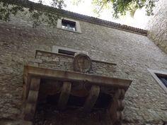 Monteroduni - Balconcino Castello Pignatelli con stemma della famiglia. 41°31′00″N 14°10′00″E