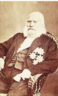 Πέτρος Mωραΐτης. O ναύαρχος Kωνσταντίνος Kανάρης γύρω στα 1870. «άντρας μικροκαμωμένος, κοντόχοντρος, σταχτερός, ασπρομάλλης, μύτη ζουπηγμένη και λοξή στην άκρη, πρόσωπο τετράγωνο ύφος βίαιο γλυκό, δίχως μέτωπο» Πηγές: Φανή Κωνσταντίνου (υπεύθυνη φωτογραφικού αρχείου Μουσείου Μπενάκη), Greece History, Chios, Southern Europe, Worship, Mona Lisa, Artwork, Pictures, Celebrities, Amazing
