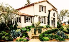 11 Gorgeous Drought-Friendly Landscapes – Kathy Lang 11 Gorgeous Drought-Friendly Landscapes Interior and landscape designer Karen Fabian opted for layers of California-friendly plants in this terraced, Mediterranean-inspired front yard. via MyDomaine Spanish Landscaping, Landscaping With Rocks, Front Yard Landscaping, Backyard Landscaping, Landscaping Ideas, Landscaping Software, Luxury Landscaping, Landscaping Company, House Landscape