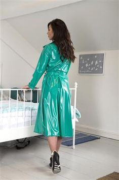 PVC Retro Raincoat Using a Nordic Raincoat pattern this single breasted coat has a beautifully tailored cut. Green Raincoat, Pvc Raincoat, Raincoat With Hood, Plastic Raincoat, 1960s Fashion Women, Vintage Fashion, Vintage Style, Imper Pvc, Vinyls