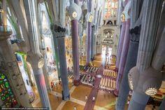 Interior do Templo Expiatório da Sagrada Família localizado em Barcelona, Comunidade Autônoma da Catalunha, Espanha. Obra de Antoni Gaudi. Fotografia: http://dedmaxopka.livejournal.com