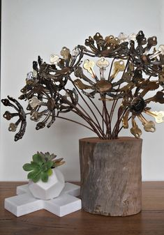 Daisy style flower made from keys, coins and brass rod stem. Brass flowers in stock! Mix and match with other flowers from my range to … Old Key Crafts, Metal Crafts, Crafts To Make, Fun Crafts, Diy Key Projects, Metal Projects, Key Diy, Metal Flowers, Daisy Flowers