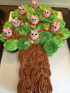 Cupcake cake with owl cake pops This is the most adorable cupcakes I have seen! The sweet little owls are cake pops too! Pull Apart Cupcake Cake, Pull Apart Cake, Cupcakes Bonitos, Owl Cake Pops, Cupcake Cookies, Cupcake Tree, Owl Cupcakes, Snowman Cupcakes, Owl Cupcake Cake