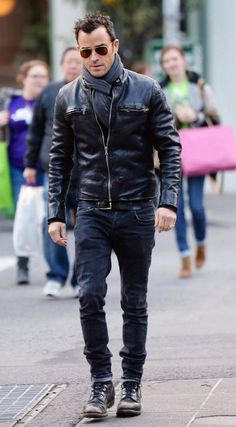 justin-theroux scarf-mens-fashion-style Source by nealattfield Men's Leather Jacket, Leather Men, Vintage Leather, Black Leather, Mens Fashion Suits, Mens Suits, Suit Men, Mens Scarf Fashion, Men Scarf