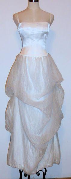 Rochie de mireasa Pianoforte di Max Mara - noua,cu etichete,nepurtata.  Materiale : 59% bumbac+41% cupro.Captuseala: poliamid 90%+10% in.Partea de deasupra din matase sintetica fronsata-culoare alb ivoire.Corset intarit cu balene pe verticala,culoare alb stralucitor .Masura 42 - bust 82-84cm,talie 68 cm,lungime 150 cm.Pretul de achizitie a fost 853 euro.  Pret de vanzare - 690 euro   460 euro +cadou