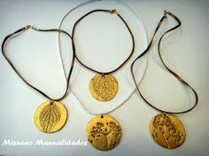 Collares cortos de Fimo con colgantes con relieve de hojas y plantas pintadas con polvos de oro de Fimo.  www.misuenyo.com / www.misuenyo.es