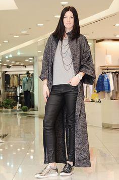 Шикарное длинное пальто на весну! Пальто без подкладки: легкое и очень уютное!   Идеальный образ: джинсы, майка и высокие каблуки! Или под любое платье.  Безупречное качество пошива и необычный крой, дорогая итальянская шерсть гарантирует удовлетворение от покупки. Состав: 100% шерсть Размеры: M,L