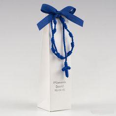 Braccialetto rosario in macramè blu con 2 cioccolatini Un originale rosario con scatola e confetti inclusi sono la bomboniera ideale per festeggiare il giorno della prima comunione o cresima del vostro bambino - COMUNIONE E CRESIMA, Bomboniere Confezionate -   Ideale per la cresima, la comunione o il battesimo del tuo bambino.       Bomboniera confezionato con scatola e attaccato un Braccialetto rosario in macramè   blu con 2 cioccolatini e scatola inclusa.       Un'idea originale e pronta…