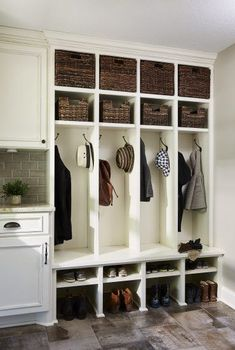 Mudroom organisieren, Mudroom-Design-Ideen, Mudroom-Ideen, Schließfächer im Mu. Shoe Organizer Entryway, Entryway Organization, Organization Ideas, Entryway Storage, Coat Closet Organization, Organizing Shoes, Porch Storage, Entryway Hooks, Entryway Decor