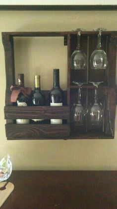 Surf a big selection of violet shelf designs, along with barrier attached mauve phases and particular person beer container holders. Pallet Crafts, Pallet Art, Wood Crafts, Pallet Ideas, Wood Projects, Woodworking Projects, Bar Sala, Pallet Wine, Rustic Wine Racks