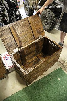 DIY Wooden Chest/Bench from Pallets. Put this on casters and use it for toy storage in the garage.