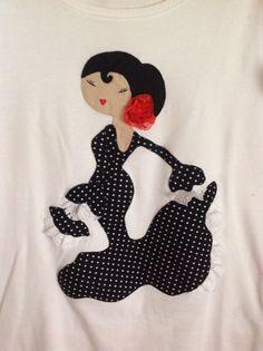 Camiseta con flamenca, realizada en aplicación Patchwork Customised Clothes, Santa Boots, World Crafts, Sunbonnet Sue, Sewing Appliques, Best Jeans, Applique Quilts, Applique Designs, Fabric Painting