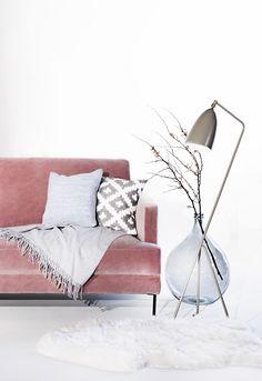 Samt meets Skandi! Unser Blogger-Liebling und Top-Seller Samt Sofa Fluente in yartem Rosa is so wandelbar. Hier im skandinavischen Style kombiniert mit weiß, grauen Accessories und einer coolen Bodenvase im XXL Format. Wir lieben diesen Velvet Traum im fürs Wohnzimmer! Industrial Scandinavian, Scandinavian Style, Home And Living, Living Room, Boho Home, Décor Boho, Style Vintage, Decor Crafts, Modern